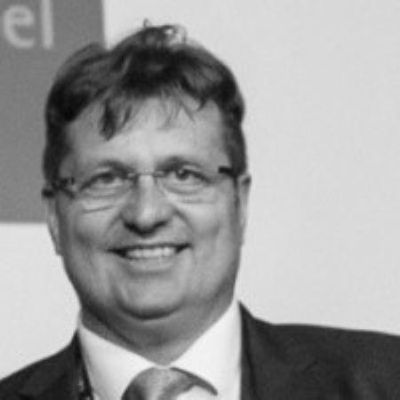 headshot of Oliver Lawrenz